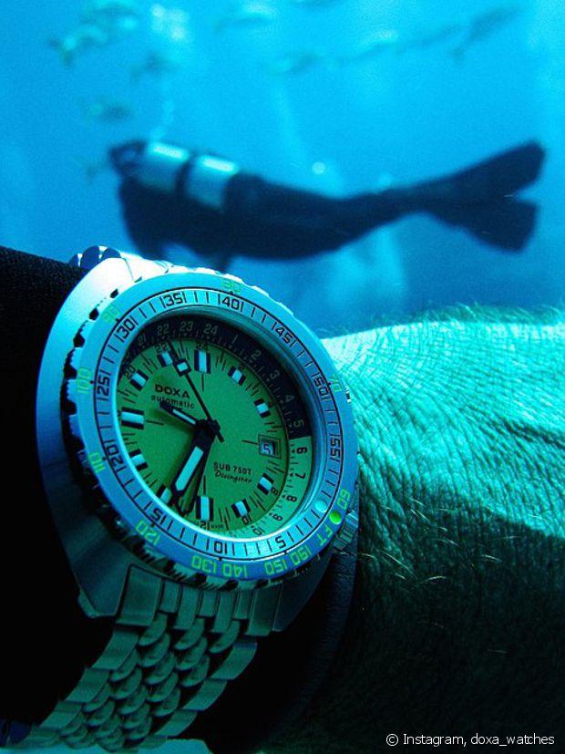 Une montres de plongée Doxa.