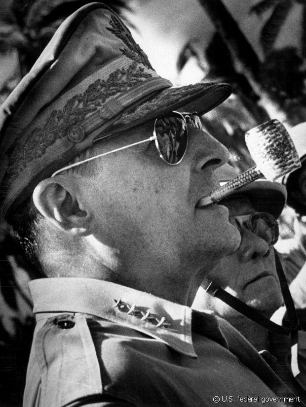 Le général MacArthur en pipe et Ray-Ban Aviator.